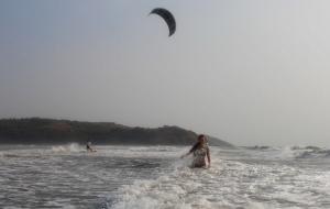 Волны сбивали с ног