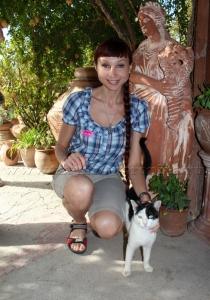 Счастливая с котиком!:))